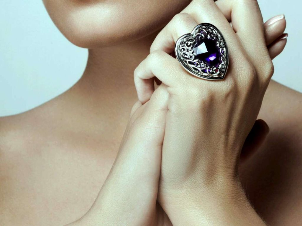 Huge and enchanting diamond ring