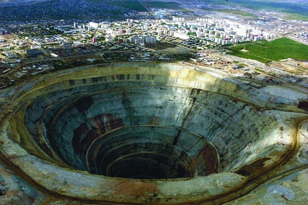 Image of a large open pit diamond mine.
